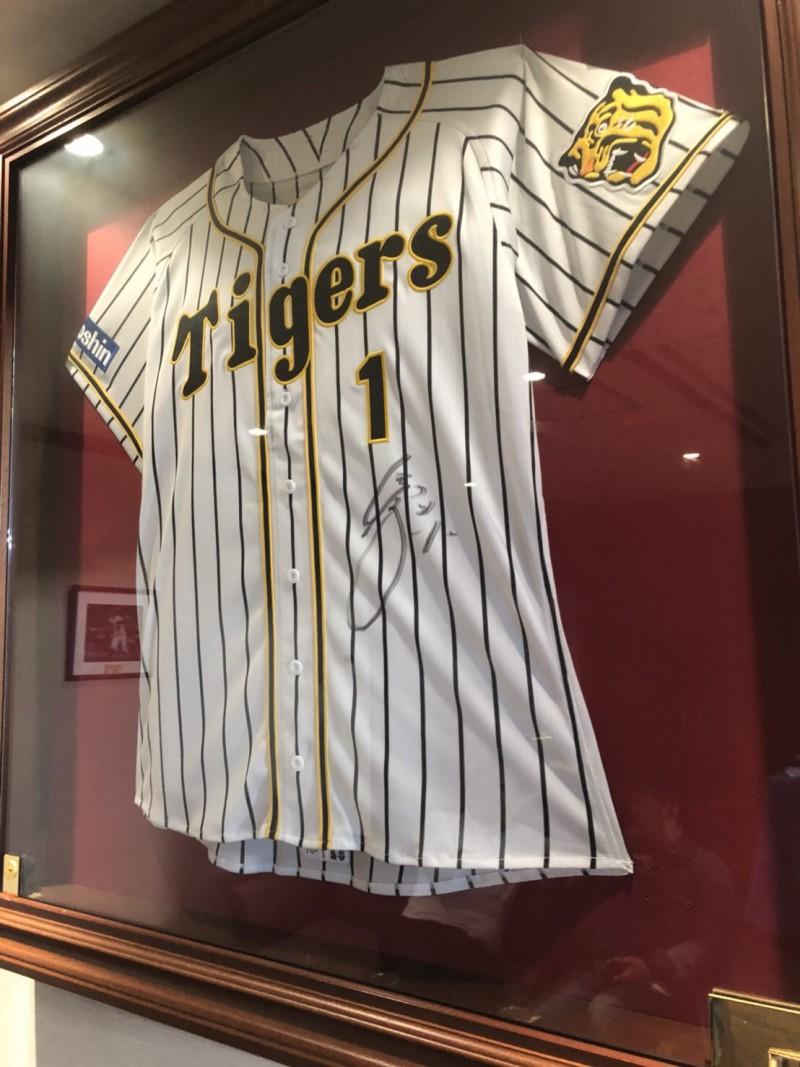 甲子園球場のロイヤルスイートに飾られている阪神タイガースの選手のユニフォーム